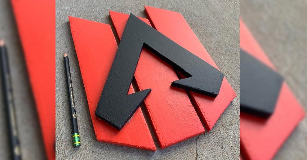 Zrobił logo Apex Legends z drewna!
